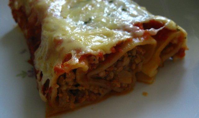 Cannelloni z mięsem mielonym i mozzarellą w pomidorowym sosie