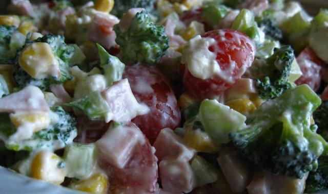 Brokułowa sałatka z szynką i pomidorkami cherry