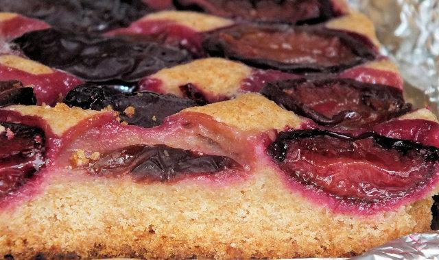 Kruche i pełnoziarniste ciasto ze śliwkami