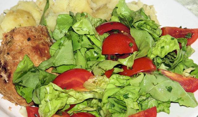 Sałatka z zielonej sałaty i pomidorków koktajlowych