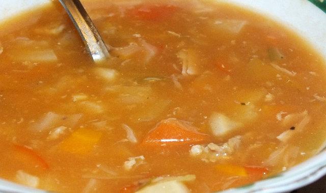 Miska pożywnej gulaszowej zupy