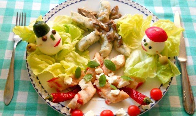 Kopytka z suszonymi pomidorami i fetą, oraz kopytka z koperkiem i sosem borowikowym