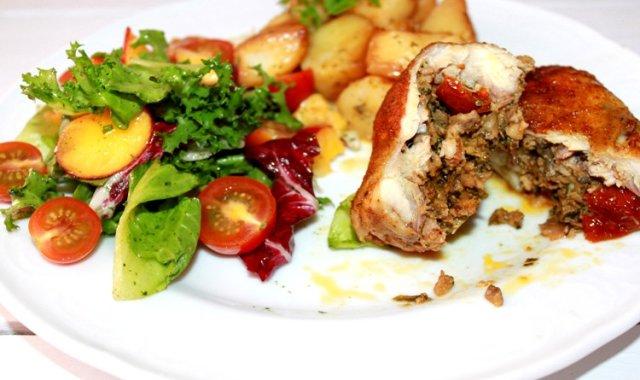 Faszerowany kurczak z pieczonymi ziemniaczkami i sałatką