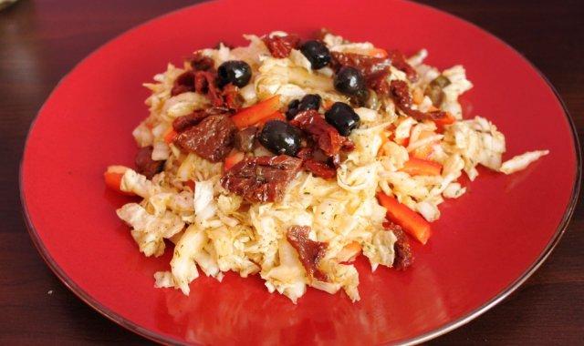 Sałatka z kapusty pekińskiej i pomidorków suszonych