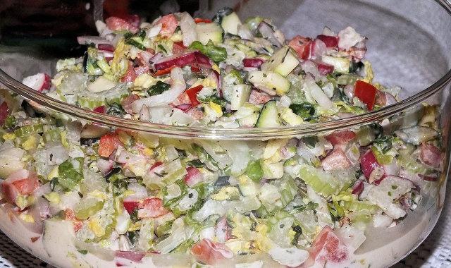 Kolorowa, zdrowa i chrupiąca sałatka do grilla