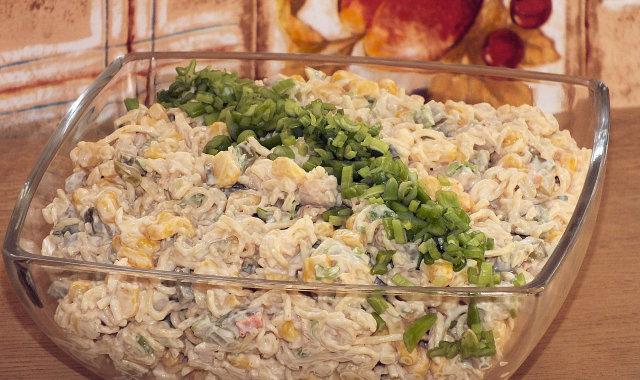 Przepyszna sałatka z kurczakiem i makaronem z zupek chińskich