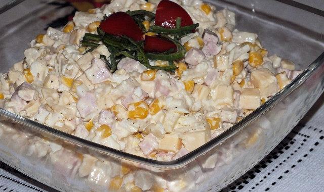Pyszna sałatka z szynką i selerem konserwowym