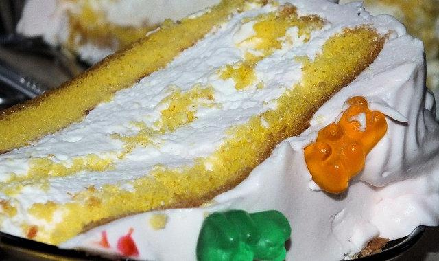 Pyszny śmietankowy tort dla dzieci
