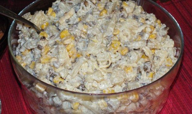 Sałatka makaronowa z ananasem i słonecznikiem