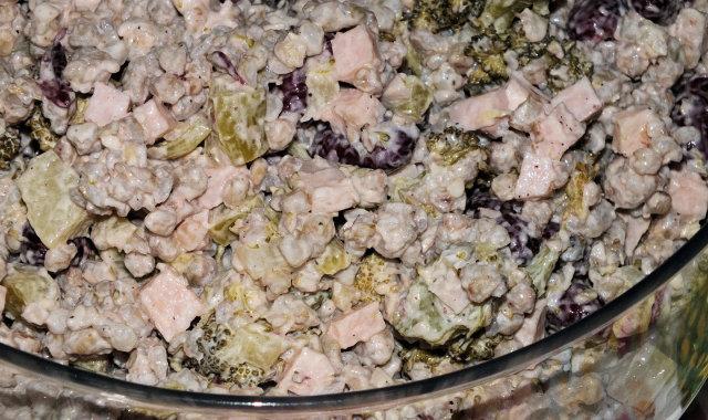 Sałatka z kaszą, brokułem i szynką