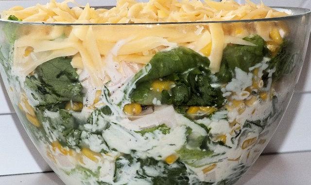 Warstwowa sałatka z sałaty, szynki, kukurydzy i żółtego sera