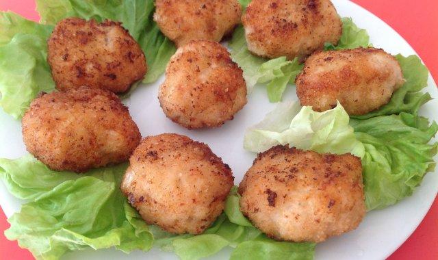 Sznycelki z kurczaka z dodatkiem surowego boczku i łuskami babki jajowatej.