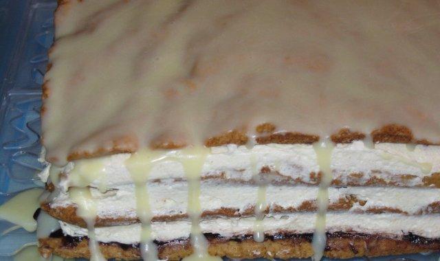 Torcik miodowy z polewą z białej czekolady