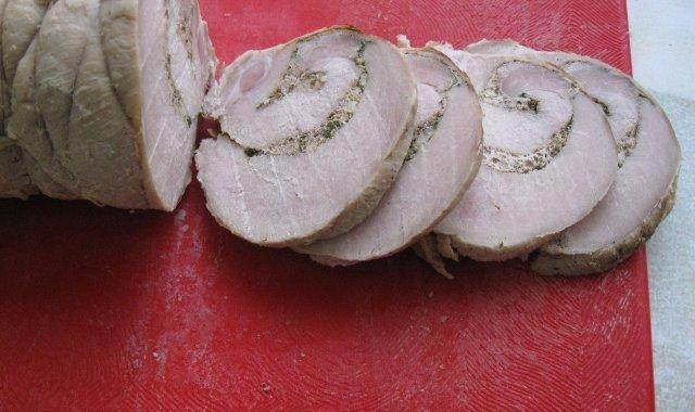 Pikantna rolada schabowa pokrojona w plastry