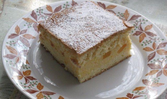 Porcja ciasta biszkoptowego z musem brzoskwiniowym