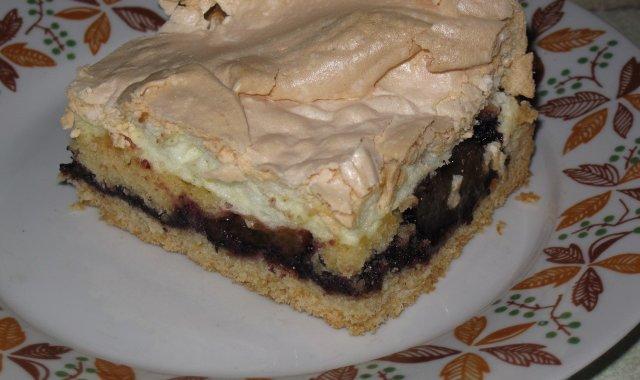 Porcja kruchego ciasta z dżemem i bezą
