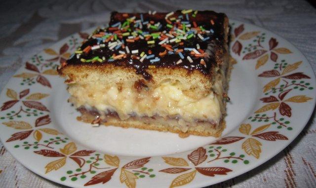 Porcja ciasta biszkoptowego z kremem budyniowo-ananasowym