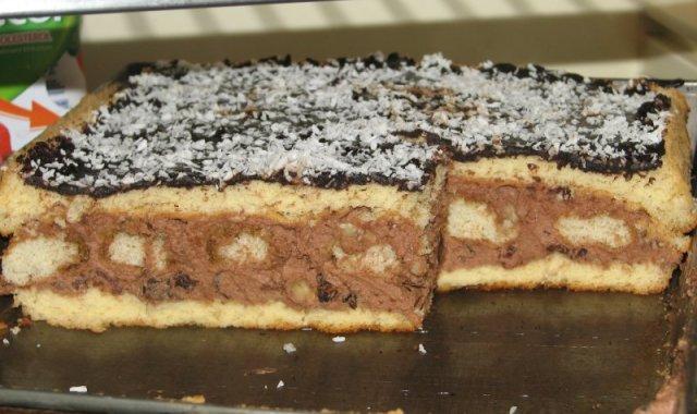 Biszkopt przekładany masą Nutella i biszkopcikami