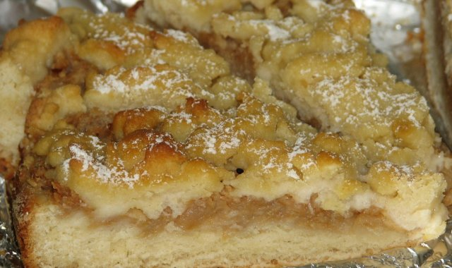 Drożdżowe ciasto z jabłkami i rabarbarem