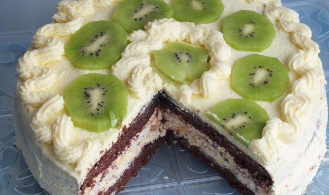 Kakaowy tort krojony na stół