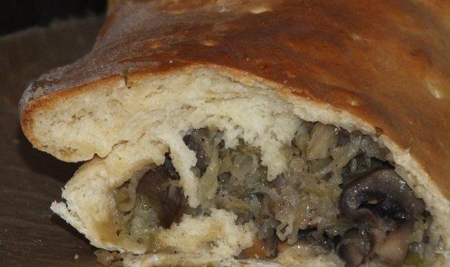 Kulebiak z kapustą kiszoną i pieczarkami