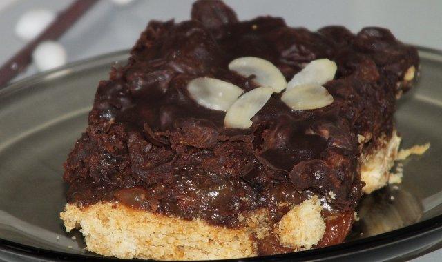 Mazurek z rodzynkami w polewie czekoladowej