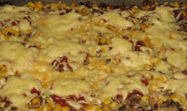 Pizza domowa z pieczarkami, salami i kukurydzą