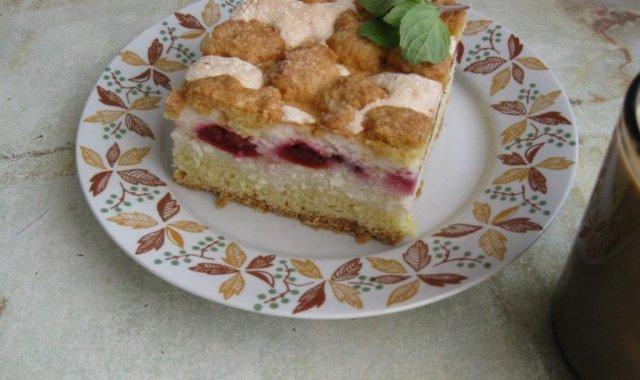 Przepyszne kruche ciasto z serem i śliwkami