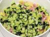 Sałatka z makaronem ravioli, szynką i zielonym ogórkiem