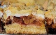 Kruche ciasto śliwkowo-jabłkowe z pianką i posypką
