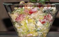 Smaczna sałatka z zielonej sałaty i sera Feta