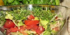 Kolorowa sur�wka z zielonej sa�aty i rze�uchy