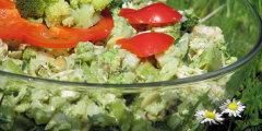 Lekka brokułowa sałatka z suszonymi śliwkami i pestkami dyni