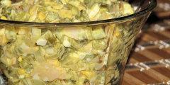 Pyszna i delikatna sa�atka z konserwowych og�rk�w