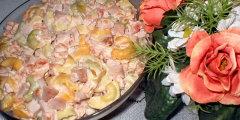 Sałatka z makaronem tortellini i pomidorami