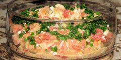 Sa�atka z w�dzonym �ososiem i pomidorami