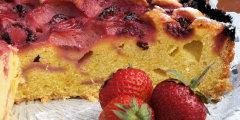 Ucierane ciasto z owocami lata – truskawkami :)