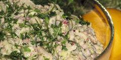 Wiosenna sałatka śledziowa z brokułem i słonecznikiem