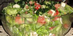 Zielona sałata w sosie z pomidorami i serem Feta