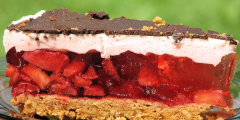 Pyszne ciasto truskawkowe na herbatnikowym spodzie