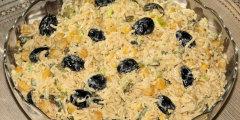 Sa�atka makaronowa z czarnymi oliwkami
