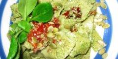 Makaron z pesto z roszponki i z suszonymi pomidorami