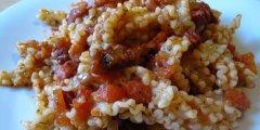 Makaron z boczkiem w pomidorowym sosie