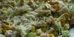 Sa�atka z makaronem ry�owym i zielonym og�rkiem
