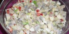 Pyszna Kolorowa salatka sledziowa
