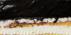 Warstwowe ciasto biszkoptowe z puszyst� mas� �mietankow�