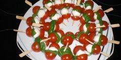Pomidory z mozzarellą na szpatułkach