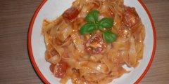 Makaron z sosem pomidorowym z mozzarellą