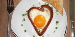 Jajka w par�wkowych serduszkach