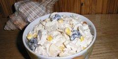 Sa�atka z czarnymi oliwkami i kurczakiem